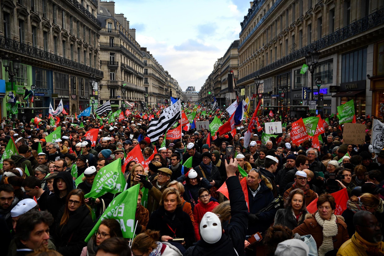 """Manifestantes conservadores na marcha """"Crianças à Frente"""", neste domingo (19), em Paris."""