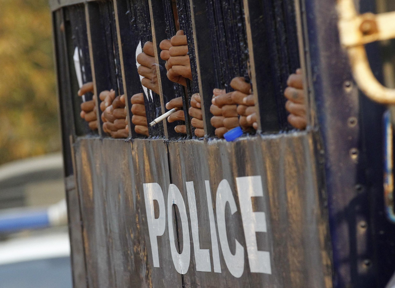 Sinh viên biểu tình trong xe tù chở đến tòa tại Letpadan ngày 11/03/ 2015.
