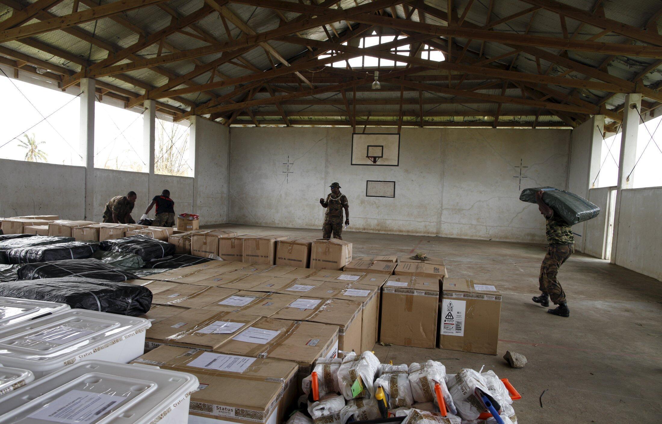 Au Vanuatu, les habitants dépendent largement de l'aide alimentaire pour leur survie: caisses d'aide australienne dans un gymnase à Port-Vila en mars 2015.