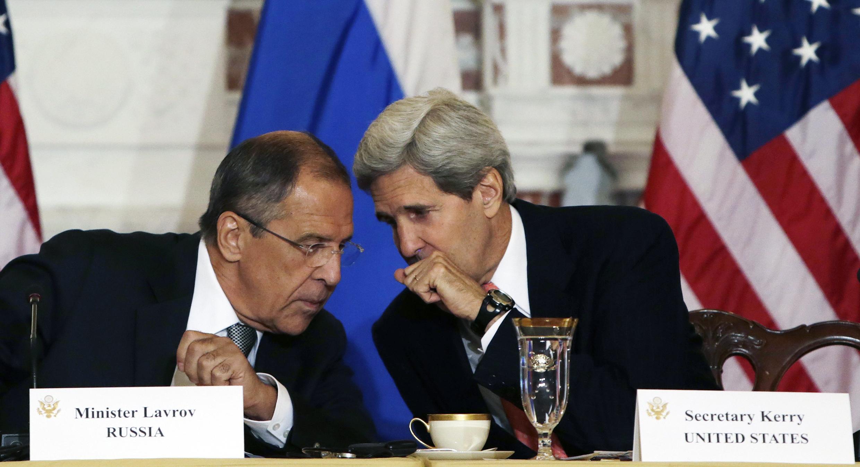 Waziri wa mambo ya nje wa Marekani John Kerry (kulia) akiwa na mwenzake wa Urusi Sergei Lavrov (kushoto)Ngoại giao Hoa Kỳ ở Washington ngày 09/08/2013.
