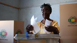 Opération de vote à Harare, pour la présidentielle au Zimbabwe, le 30 juillet 2018.