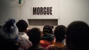 Des proches de victimes attendent devant la morgue de l'hôpital Joseph Ravoahangy Andrianavalona à Antananarivo, le 26 juin 2019.