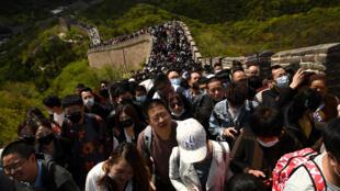 Una multitud visita un tramo de la Muralla China aprovechando el festivo del Día del Trabajo, el 1 de mayo de 2021 en Pekín