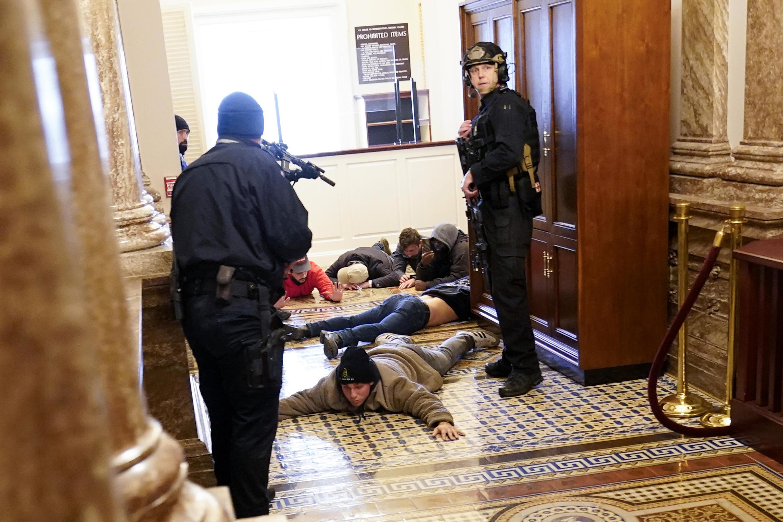 Manifestantes são neutralizados pelas forças de segurança após terem invadido o Capitólio