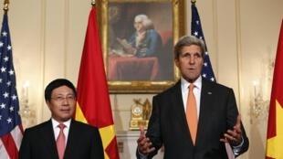 Ngoại trưởng Hoa Kỳ John Kerry (phải) và người đồng nhiệm Việt Nam Phạm Bình Minh tại Washington ngày 02/10/2014.