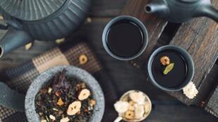 Si l'on consomme le café et le thé de manière modérée, de nombreux bénéfices pour la santé ont été démontrés par un grand nombre d'études scientifiques.