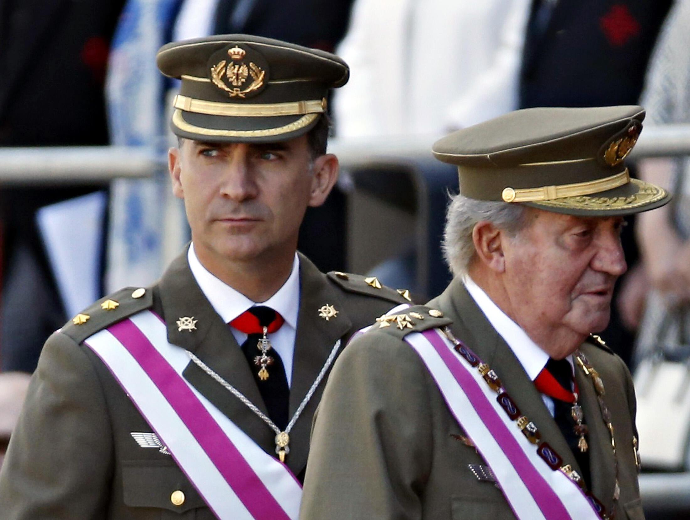 O príncipe Felipe (E) e seu pai, o rei Juan Carlos, nesta terça-feira, 3 de junho, durante cerimônia religiosa no monastério de San Lorenzo del Escorial, em Madri.