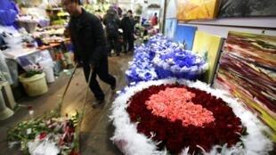 Un bouquet de fleurs de 298 roses préparé par un fleuriste de Pékin pour la Saint-Valentin, le 13 février 2014.