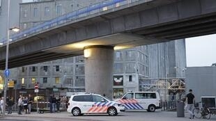 Magari ya polisi karibu na ukumbi wa tamasha wa Maassilo katika eneo la bandari la Rotterdam baada ya tahadhari kwa tishio la kigaidi.