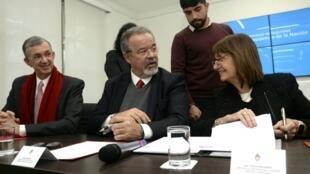Os ministros da Segurança do Brasil, Raul Jungmann, e da Argentina, Patricia Bullrich, durante assinatura de acordo em Buenos Aires.