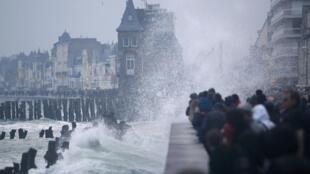 """Gente viendo las olas en Saint-Malo, Francia,  durante """"la marea del siglo"""" el 21 de marzo del 2015."""