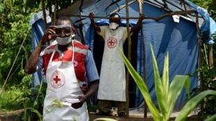 Wasu daga cikin ma'aikatan kungiyar bada agaji ta Red Cross, da ke taimakawa masu cutar Ebola a Jamhuriyar Congo.