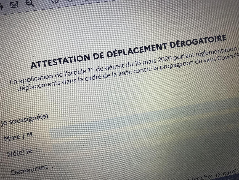Во Франции ввели формуляр для выхода из дома