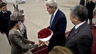 Ngoại trưởng Mỹ John Kerry được chào đón tại sân bay Manas ở Bishkek, Kirghyzstan ngày 30/10/2015.