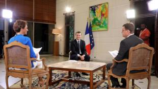 2017年11月29日,法国总统马克龙在科特迪瓦首都出席第五次欧盟-非盟国家领导人峰会期间,接受法国国际广播电台和法国24电视台联合专访。