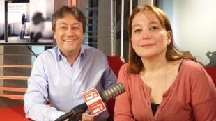 La escritora franco-argentina Laura Alcoba con Jordi Batallé después de la grabación de El invitado de RFI.