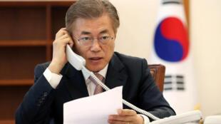 O novo presidente Moon Jae-in fala ao telefone com Xi Jinping.