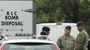 Des membres de l'armée devant la maison de Saad al-Hilli, à Claygate dans la banlieue sud de Londres, le 10 septembre 2012.