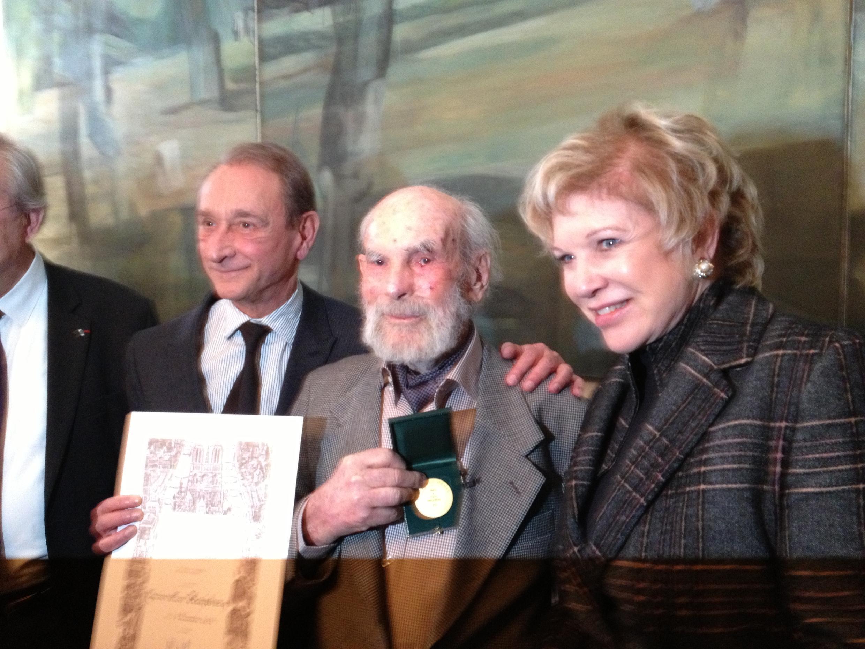 Frans Krajcberg (ao centro), ao lado do prefeito de Paris, Bertrand Delanoë e a ministra da Cultura, Marta Suplicy.