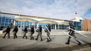 Quân đội được triển khai bảo vệ phiên tòa xét xử các cảnh sát dính líu vào vụ đảo chính hụt, ngày 27/12/2016 tại Istambul.