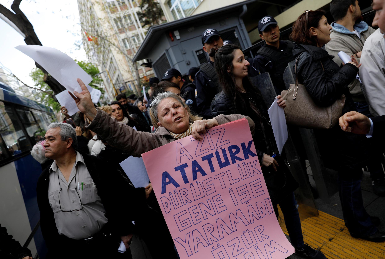 تظاهرات خیابانی علیه نتایج همهپرسی در آنکارا. ۲۹ فروردین/ ١٨ آوریل٢٠۱٧