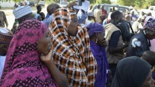 Chez les familles des jeunes filles enlevées, l'angoisse monte. Ici des mères lors d'une rencontre avec le gouverneur de l'Etat de Borno le 22 avril 2014.