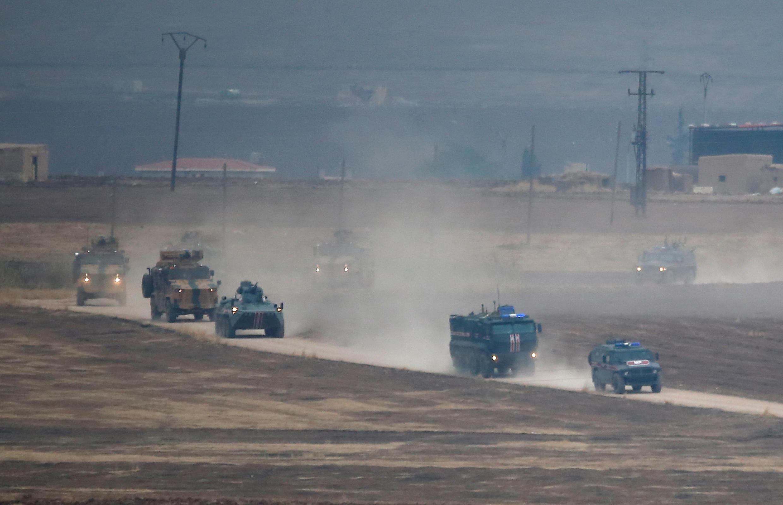 Des véhicules militaires turques et russes patrouillent le nord-est syrien, près de la ville turque de Kiziltepe, le 1er novembre 2019.