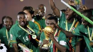 Les Zambiens soulèvent la Coupe durant la CAN 2012.