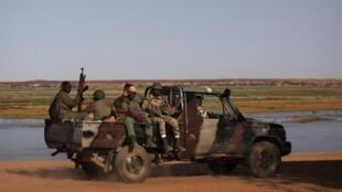 Askari wa Mali wakipiga doria karibu na kingo za Mto Niger.