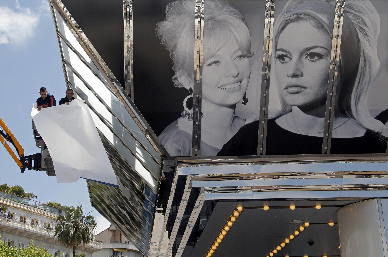 Installation des affiches géantes sur la façade du Casino à la veille du 66e Festival de Cannes (15-26 mai).