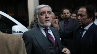 عبدالله عبدالله کاندیدای ریاست جمهوری، هنگام ترک محل سخنرانیاش در مورد نتایج نهایی انتخابات ریاست جمهوری در کابل. سهشنبه ٢٩ بهمن/ ١٨ فوریه ٢٠٢٠