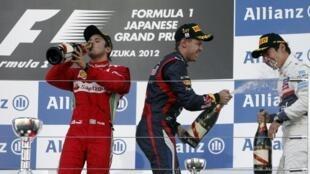 Os pilotos Felipe Massa, Sebastian Vettel e Kamui Kobayashi no pódio do GP do Japão, neste domingo 7 de outubro.