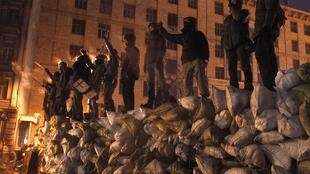 Des barricades de glace érigées et consolidées dans le centre de Kiev.
