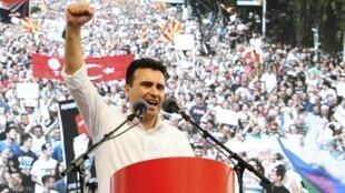 Zoran Zaev, le chef de l'opposition de gauche macédonienne, futur Premier ministre, ici, pendant son discours lors de la manifestation contre le gouvernement. Skopje, le 17 mai 2015.