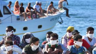 Lampedusa pequena ilha italiana continua a receber migrantes resgatados em pequenos barcos