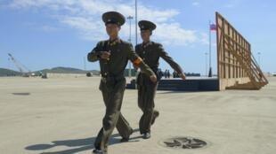 Des soldats nord-coréens, lors d'une cérémonie célébrant la réouverture d'une ligne de chemins de fer entre la Corée du Nord et la Russie, le 22 septembre 2013.