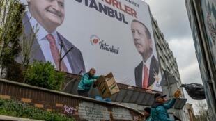 Tự cho đã giành chiến thắng, đảng của tổng thống Thổ Nhĩ Kỳ Erdogan dán những tấm bích chương lớn cảm ơn cử tri trên đường phố Istanbul.