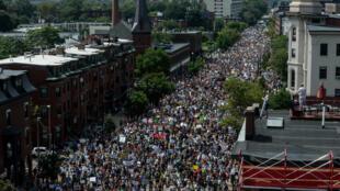 Boston: Milhares de pessoas participaram da passeata contra racistas e neonazistas.