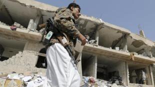 Un militant houthi, dans la ville d'Amran, au nord-ouest du Yémen, après des bombardements de la coalition menée par l'Arabie saoudite.