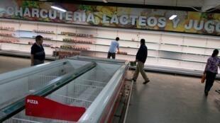Supermercado casi vacío en Venezuela.