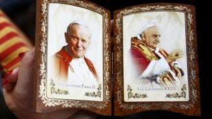 Imagen de los dos Papas canonizados este domingo.