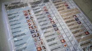 Préparation des bulletins de vote pour les élections législatives et présidentielles au Pérou du 11 avril 2021.