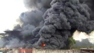 Espeça nuvem de fumo, após a  explosão do camião-cisterna na regfião de Morogoro,na Tanzânia.10 de Agosto de 2019
