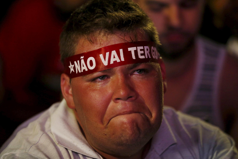 Un supporter de Dilma Rousseff déçu, après le vote des députés en vue d'une probable destitution de la présidente brésilienne.