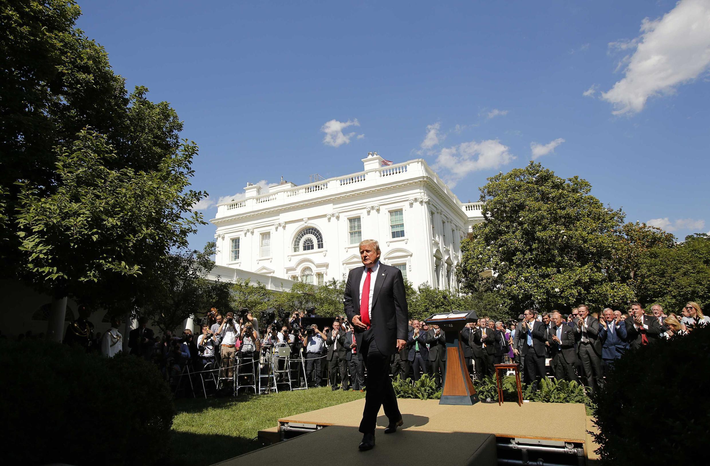 Tổng thống Mỹ Donald Trump tại Vườn Hồng ở Nhà Trắng, sau khi loan báo quyết định rút Hoa Kỳ khỏi hiệp định khí hậu Paris ngày 01/06/2017.