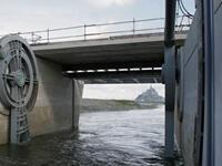 Une vanne du barrage ouverte