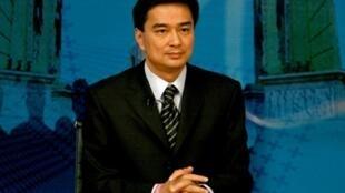 Le Premier ministre thaïlandais Abhisit Vejjajiva résiste aux pressions. Il ne propose une dissolution du Parlement que dans un délai de six mois.
