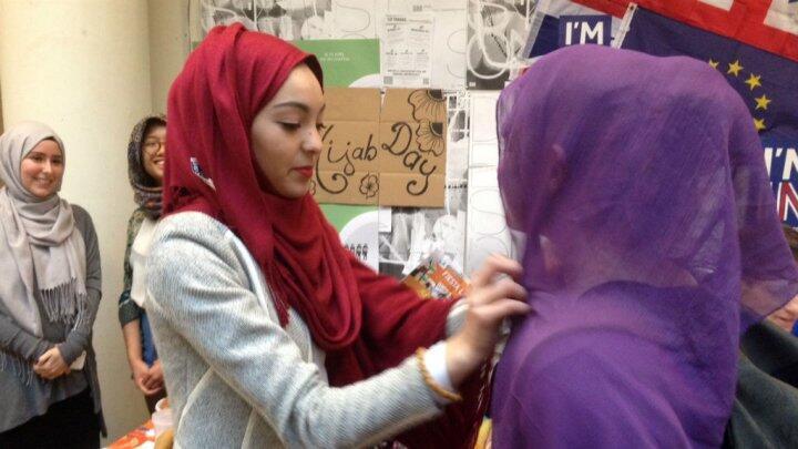 """Una estudiante de Sciences Po se prueba el velo durante el \\\""""Día del yihab\\\"""", el 20 de abril de 2016."""