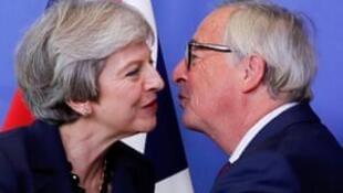 英国首相特蕾莎·梅与欧盟委员会主席容克资料图片