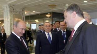 Hai Tổng thống Nga và Ukraina gặp nhau vào lúc khởi sự cuộc đàm phán tìm giải pháp hòa bình cho xung đột miền Đông Ukraina, Minsk, ngày 26/08/2014.